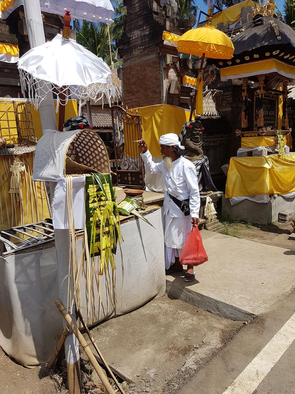 Bénédiction entrée temple balinais - Les Cro'coeurs Blog voyage